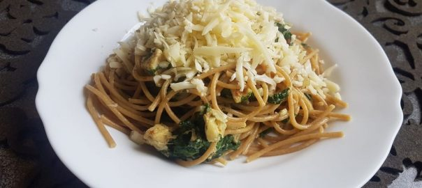 Celozrnné špagety se špenátem, krůtím a smetanou